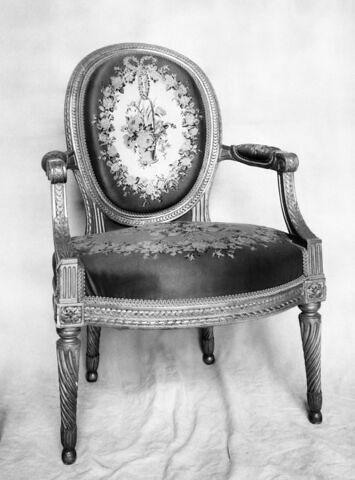 Fauteuil d'un mobilier de salon comprenant dix-sept pièces (OAR 205 à OAR 221)