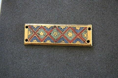Petite plaque rectangulaire : trois losanges et de deux demi-losanges d'émail blanc inscrivant une petite rosette réservée