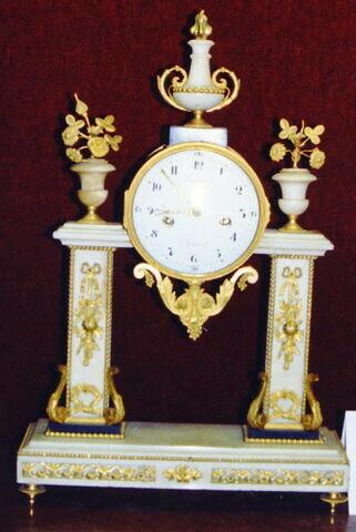 Pendule de marbre blanc et bronze composée de deux pilastres de marbre