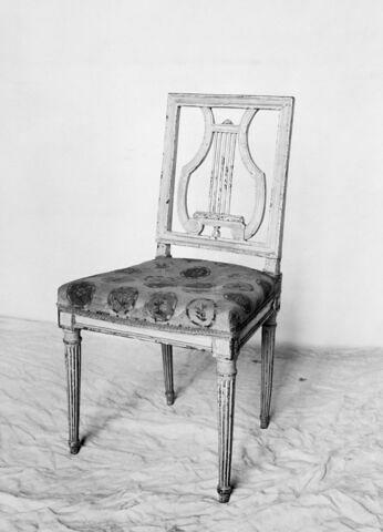 Chaise de bois à décor de lyre découpée à jour