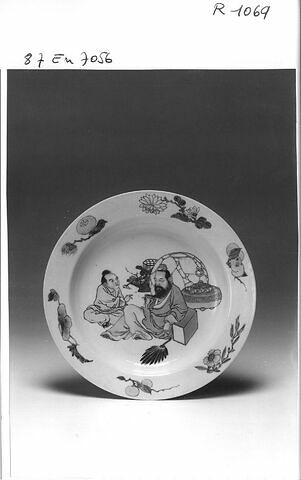Assiette en porcelaine de Chine, coquille d'oeuf, revers rubis