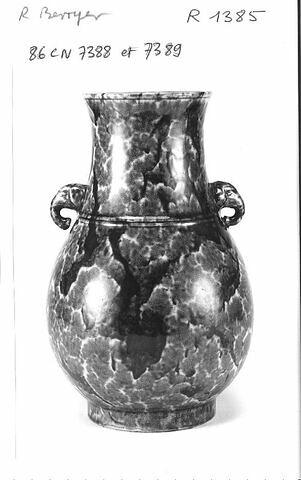 Vase, forme balustre à anses formées par des têtes d'éléphant, porcelaine bleu flambé
