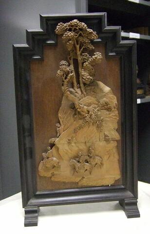 Tableau en bois en haut relief : cavaliers dans un paysage montagneux et boisé