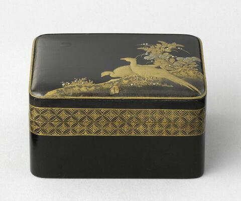 Boîte rectangulaire contenant un petit plateau.