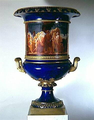 Grand vase Médicis : Auguste venant fermer les portes du temple de Janus - d'une paire avec MR XIV 46