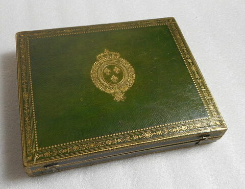 Ecrin aux armes de France destiné à contenir le portrait de Louis XVIII