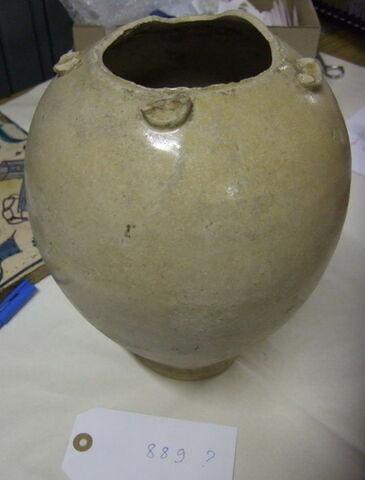 Vase piriforme en terre cuite recouverte d'un vernis transparent (manquent les anses et le col)