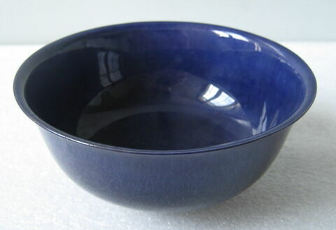 Coupe (marque au revers). Faïence bleu sombre. Chine (?).