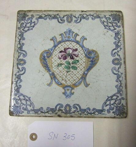 Carreau carré : Fleur dans un cartouche  XVIIIème siècle.