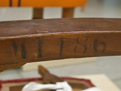 Une chaise restauration (un pied cassé)