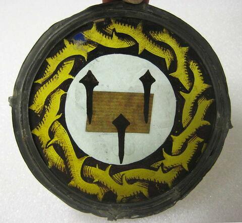 Vitrail circulaire : trois clous