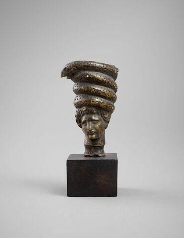 Statuette : Tête d'homme surmontée d'un serpent enroulé
