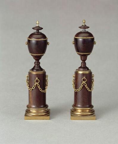 """Urne, d'une paire de vases dits """"séditieux"""" (Louis XVI), avec OA 11834 (Marie-Antoinette)"""