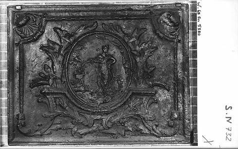 Plaque de cheminée en fonte : un sacrifice (?)