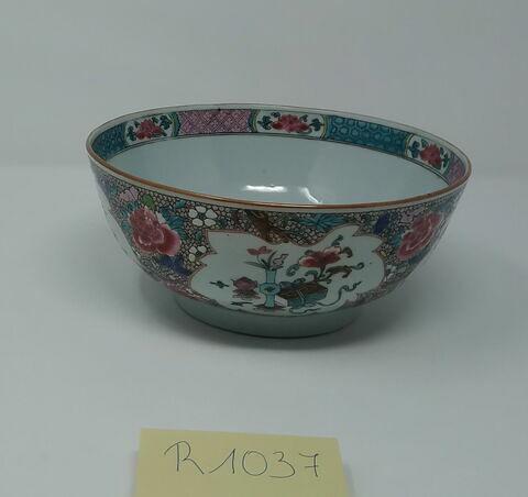 Grand bol en porcelaine de Chine.