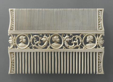 Peigne en ivoire avec trois médaillons ajourés
