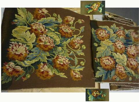 Salon à fond brun de 12 pièces plus 4 accoudoirs décoré d'une touffe de dalhias rouges et blancs.