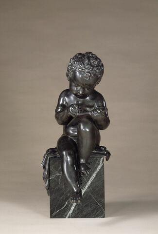 Statuette : Enfant lisant.