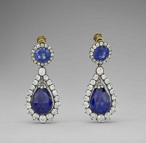Boucle d'oreille, d'une paire (avec OA 11034) de la parure de saphirs de la reine Marie-Amélie et de la Reine Hortense.