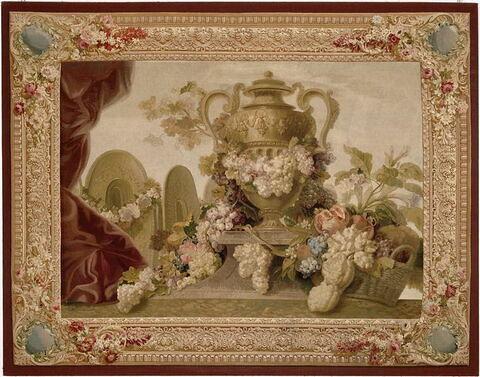 Tapisserie Vase, fleurs, fruits, orfèvrerie (dans un encadrement).