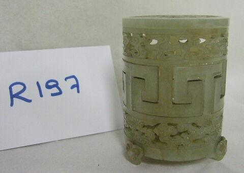 Boîte cylindrique ajourée en jade avec trois pieds en têtes de béliers, couvercle plat