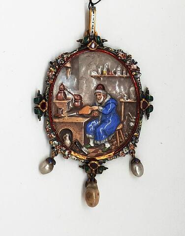Pendeloque en métal émaillé représentant un alchimiste