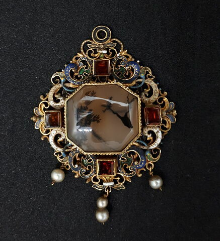 Pendentif en or émaillé, cabochon octogonal en agate herborisée et perles