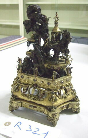 Groupe en bronze doré et émaillé.