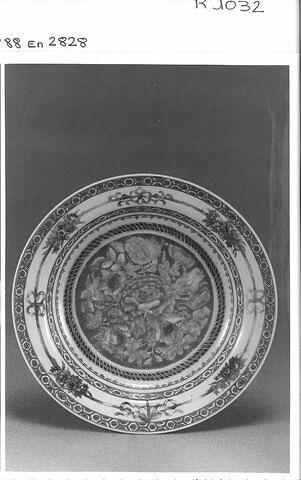Assiette en porcelaine de Chine coquille d'oeuf. Chine, époque K'Ien long (?).