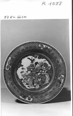 Assiette en porcelaine de Chine à revers rubis