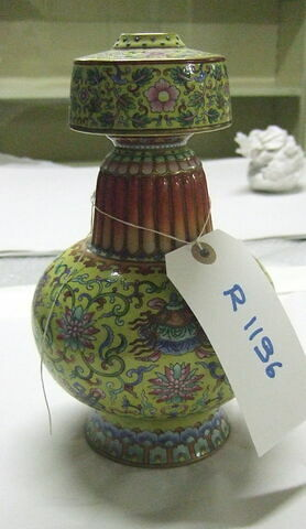 Vase sur pied bas; panse sphérique renflée