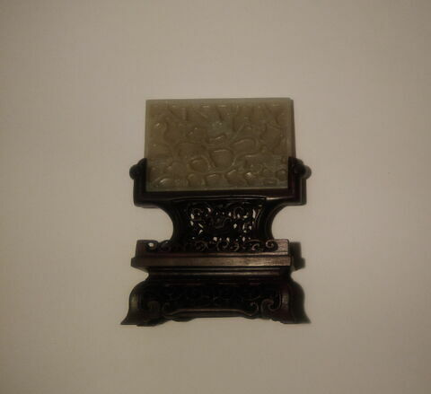 Petite plaque rectangulaire en jade, à fleurs en relief