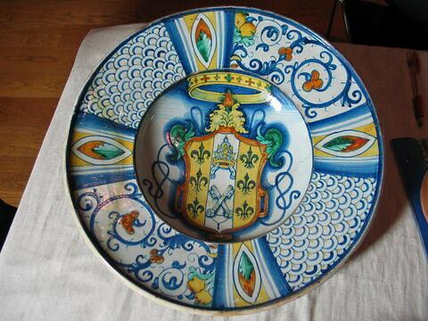 Plat rond : armoiries de Paul III Farnèse (1534-1549) (tiare)