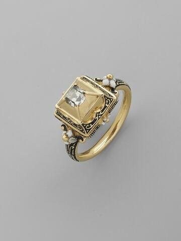 Bague en or émaillé ornée d'une pierre transparente (diamant ou cristal de roche ?)