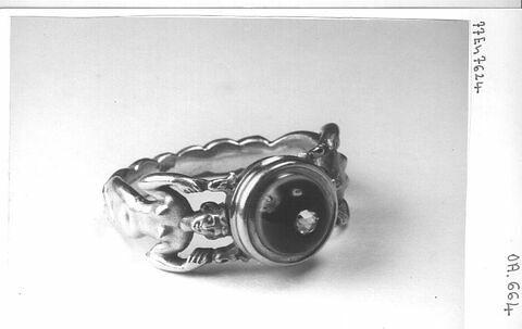 Bague en or, anneau formé de deux sirènes, onyx incrusté d'un brillant