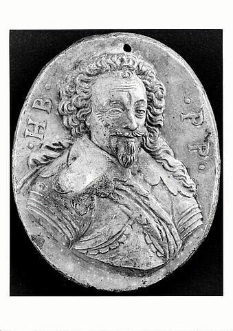 Médaillon ovale orné d'un buste d'homme en cuirasse, initiales H.B.P.P.