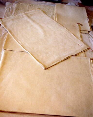 Une nappe et quatre serviettes qui proviendraient d'un service de Louis XIV et Marie-Thérèse
