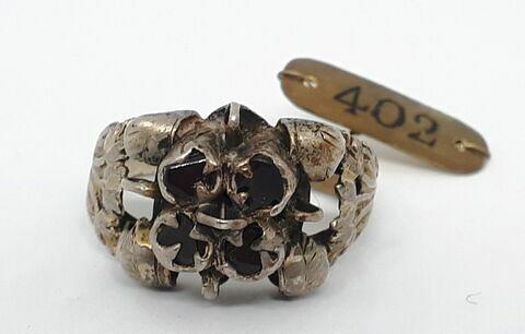 Bague en argent et grenat représentant une fleur