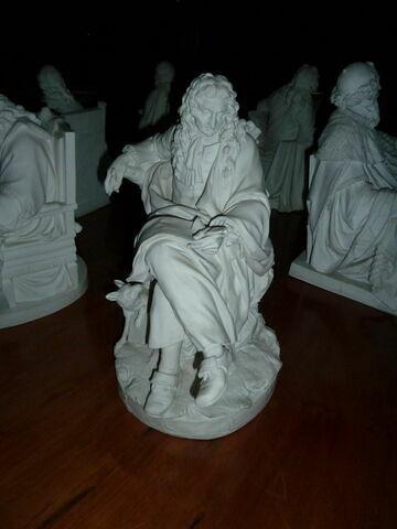 Statuette : Montesquieu assis.