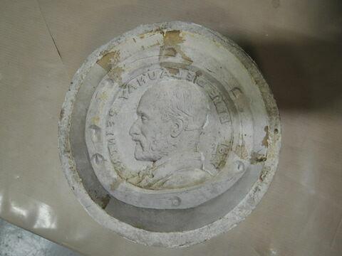 Moule du médaillon de Delaunay et une épreuve en plâtre.