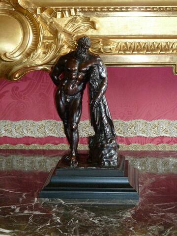 Statuette : Hercule tenant une massue