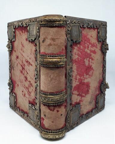 Boîte en forme de livre, en argent repoussé et doré