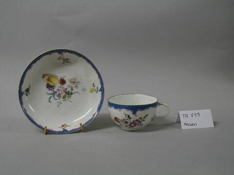 Tasse et soucoupe polychromes, d'une paire (TH 618).