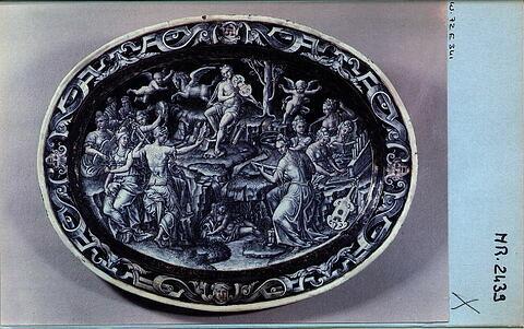 Plat ovale : Apollon sur le mont Parnasse (tête de satyre aux extrémités)