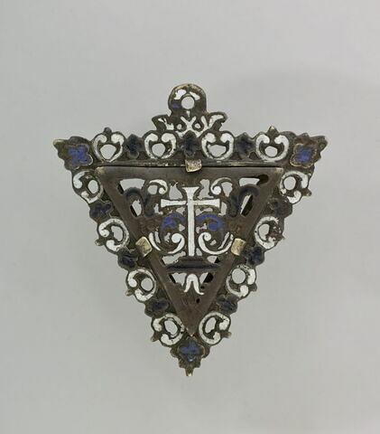 Médaillon triangulaire en cuivre émaillé, orné d'une croix