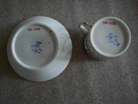 """Tasse """"litron"""" et sa soucoupe, d'un ensemble de quatre (TH 1252 à 1255)"""