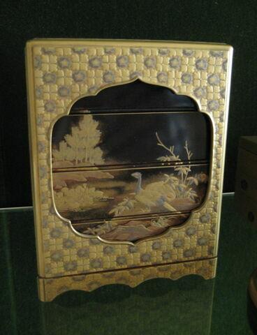 Boîte de forme cubique, à quatre tiroirs