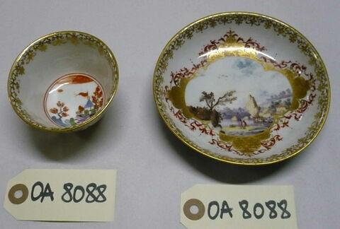 Tasse à thé et soucoupe, d'un ensemble de six (OA 8085 à 8090).