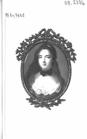 Médaillon peint sur émail d'un portrait en buste de femme