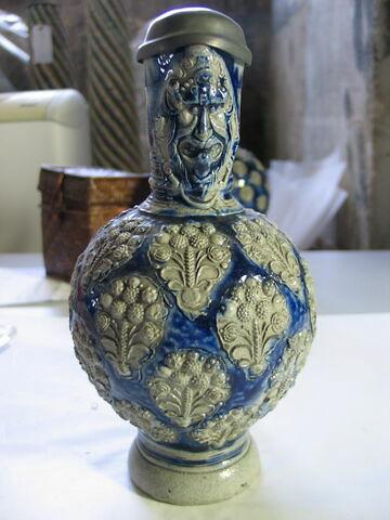Petite cruche. Grès gris et bleu. Raeren, XVIème siècle.